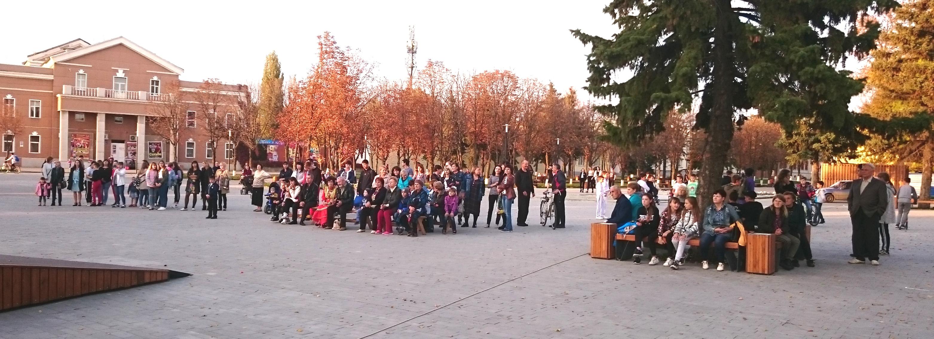 Красота осени на обновленной площади в Миллерово.